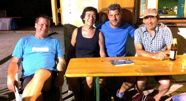 Die Finalisten des A-Turniers feiern nach Mitternacht noch gemeinsam ihre Erfolge. V.l.n.r.: Jürgen Marx (1.), Adelheid Raab-Jung (2.), Matthias Uhl (2.), Joachim Janisch (1.)