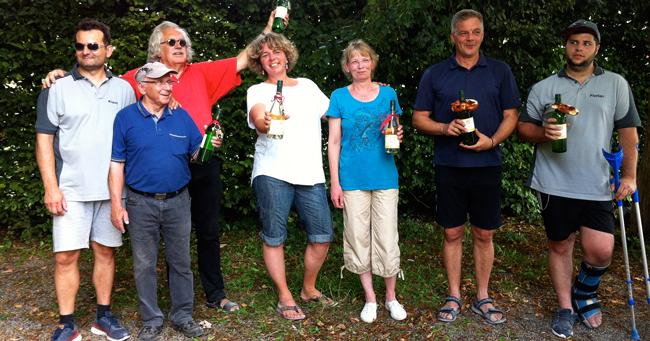 Die Sieger des Freundschaftsturniers 2016: Mitte Katrin Schwinger + Veronika Mehrens, Denkendorf (Platz 1); links Klaus Lehmann + (hinten) Bernhard Eisele, Plochingen mit (vorn) Arnold Schmidt, Denkendorf (Platz 2); rechts Frank Langner + Florian Saager, Plochingen (Platz 3)